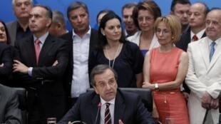 O líder do partido Nova Democracia, Antonis Samars (centro) foi encarregado pelo presidente grego de formar um novo governo.