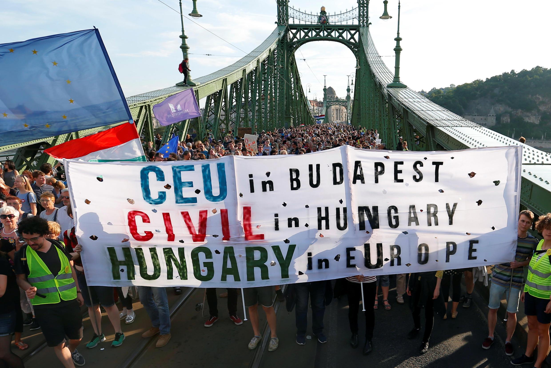 数千人在布达佩斯示威反对关闭中欧大学.5月21日