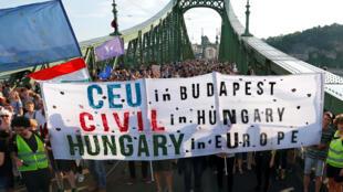 Plusieurs milliers de Hongrois ont manifesté sous le soleil à Budapest ce dimanche 21 mai.
