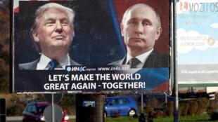 """Outdoor com Donald Trump e Vladimir Putín com a seguinte legenda """"Deixem nos fazer um mundo maior, outra vez, juntos"""", em Danilovgrad, Montenegro, novembro 2016."""