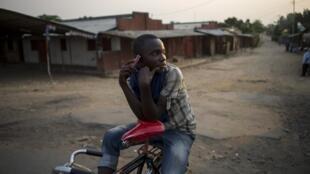 Un jeune homme dans un quartier de Bujumbura.