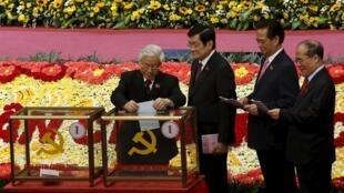 Từ trái sang: Các lãnh đạo chủ chốt khóa XI, Nguyễn Phú Trọng, Trương Tấn Sang, Nguyễn Tấn Dũng và Nguyễn Sinh Hùng bầu Ban chấp hành Trung ương khóa XII, ngày 26/01/2016.
