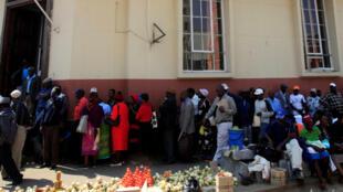 A Harare, les files d'attente devant les banques s'allongent avec la pénurie de liquidités qui s'aggrave (photo d'archives, 2016).
