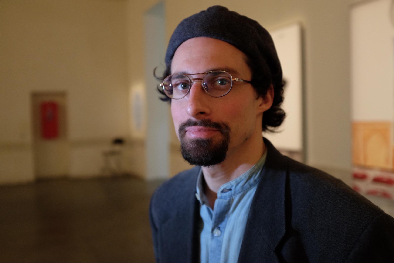 """Le photographe Marwan Bassiouni, 35 ans, et sa série photographique """"New Dutch Views"""" sur des paysages vus de l'intérieur de 70 mosquées."""