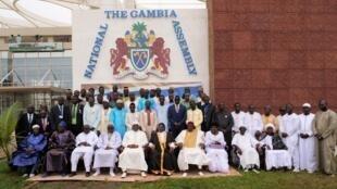 Le président Adama Barrow [5e en partant de la gauche] entouré des membres de l'Assemblée nationale lors de la rentrée parlementaire le jeudi 19 septembre 2019.