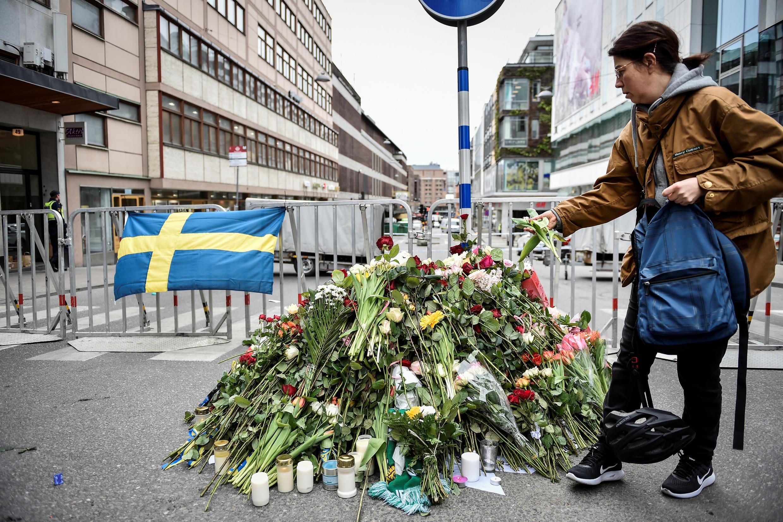 人們在斯德哥爾摩世貿中心發生卡車碾壓人的地方獻花 (2017年4月8日)