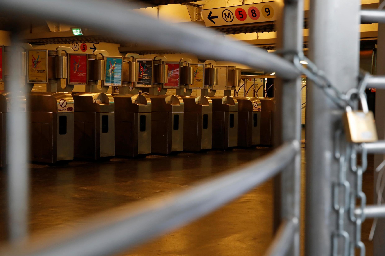 Une entrée fermée de la station de métro République d'une grève de tous les syndicats du réseau de transport parisien (RATP) contre les projets de réforme des retraites à Paris, le 13 septembre 2019.