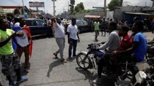 Des manifestants demandent à des motards de faire demi-tour dans une rue bloquée durant la grève, à Port-au-Prince, en Haïti, le 16 septembre 2019.
