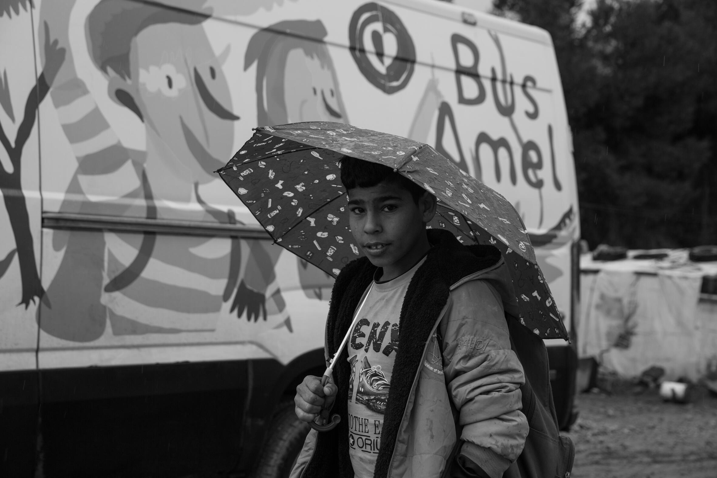 Le bus pédagogique de l'ONG Amel.