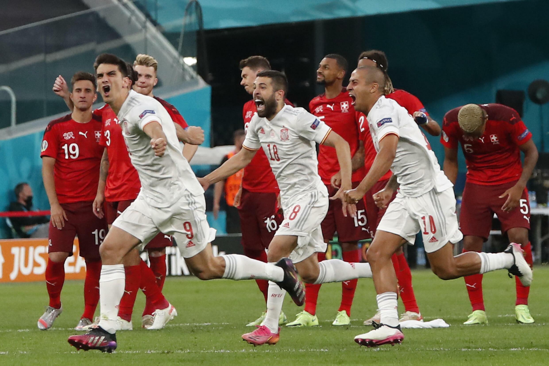 La joie des Espagnols, qualifiés pour les demi-finales de l'Euro 2020, après avoir battu la Suisse (1-1, 3-1 t.a.b.), le 2 juillet 2021 à Saint-Petersbourg