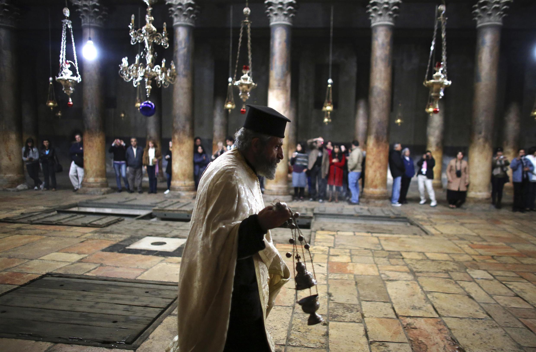 Một linh mục chính thống giáo tại Nhà thờ Giáng sinh ở Bethlehem (REUTERS)