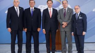 El vice presidente de la Comisión Europea Jyrki Katainen con los ministros del Mercosur en Brasilia el 10 de noviembre de 2017.