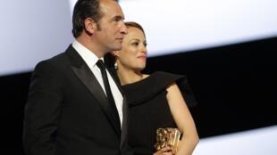 Les acteurs principaux du film « The Artist », Jean Dujardin et Bérénice Béjo, lors de la 37e cérémonie des César au théatre du Chatelet.
