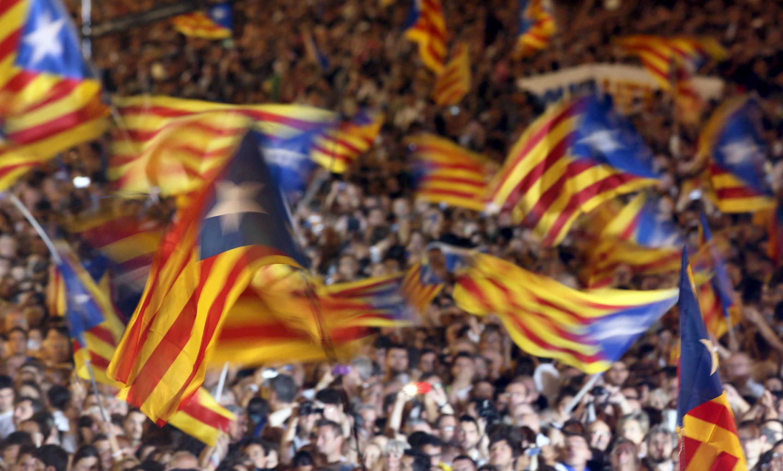 """Banderas independentistas, durante un mitin de la campaña de """"Junts pel Sí"""" en Barcelona"""