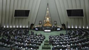 """اکثریت نمایندگان مجلس شورای اسلامی با شکایت از """"تخلف دولت""""، خواستار مداخلۀ قوۀ قضاییه شدهاند."""