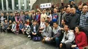 在湖南长沙法院围观谢阳案的中国民间活动人士,2017年4月25日。