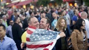 Estadounidenses celebrando la decisión de la Corte Suprema, este 26 de junio en San Francisco.