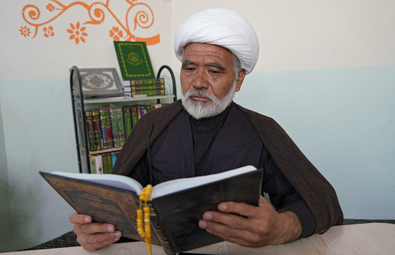 El jeque Ali Basir lee el Corán en su casa, en Nayaf, en Irak, el 11 de septiembre de 2021