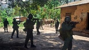 Opération militaire à Mboko dans le Sud-Kivu le 10 novembre 2009.
