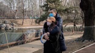 Les restrictions et confinements liés à l'épidémie de coronavirus ont entraîné une hausse dans les divorces et cas de violences conjugales, en Chine. Ici, un couple se balade dans un parc de Pékin, le 25 février 2020.