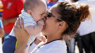 专家指应更加优惠产假。否则法国父母不敢生孩子的结果,将被移民新生儿填补空缺。