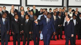 Le président François Hollande avec son homologue sénégalais Macky Sall avant la traditionnelle «photo de famille» des chefs d'Etat de la Francophonie, samedi 29 novembre.