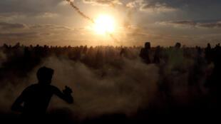 Des Palestiniens fuirent des tirs de gaz lacrymogènes lors d'une manifestation le long de la barrière de séparation entre Gaza et Israël, le 21 septembre.
