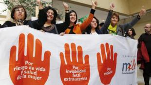 Des élues chiliennes des partis socialiste et communiste manifestent leur satisfaction après l'approbation de la loi autorisant l'avortement thérapeutique, le 2 août 2017. Un an après, seulement 360 avortements légaux ont été pratiqués.