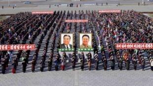 舉着金日成和金正日頭像慶祝的朝鮮人