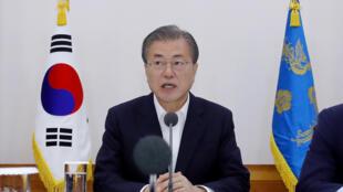 韩国总统文在寅在30大企业集团高管会议上发表讲话 2019年è月10