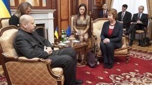 El presidente interino de Ucrania Aleksandr Turchinov, reunido con la jefa de la diplomacia europea, Catherine Ashton, el pasado 24 de febrero en Kiev.
