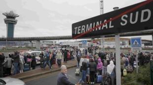 Pasajeros evacuados de la terminal sur del aeropuerto de Orly el 18 de marzo de 2017.