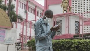 Un Camerounais porte un masque devant l'hôpital général de Yaoundé, le 6 mars 2020.