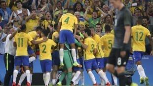 Jogadores do Brasil comemoram gol contra a Alemanha na final do futebol, no Maracanã.
