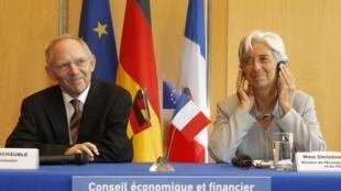Министр финансов Германии Вольфганг Штойбле и министр экономики Франции Кристин Лагард на пресс-конференции в Париже 21/07/2010