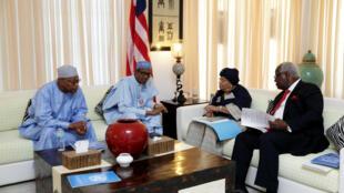 Mohammed Ibn Chambas, le représentant des Nations unies pour l'Afrique de l'Ouest (g) avec des membres de la délégation de la Cédéao, le 13 décembre à Banjul.