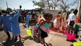Populações fugindo ao ciclone que devastou a cidade da Beira em 2019, em Moçambique