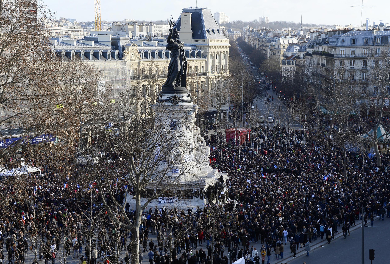 La place de la République ce dimanche à la mi-journée était déjà pleine de monde alors que le dispositif de sécurité se mettait en place.