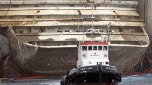 Une équipe de travailleurs lave le pont du «Costa Concordia» lors de l'opération de renflouement au port de Giglio, le  22 juillet 2014.