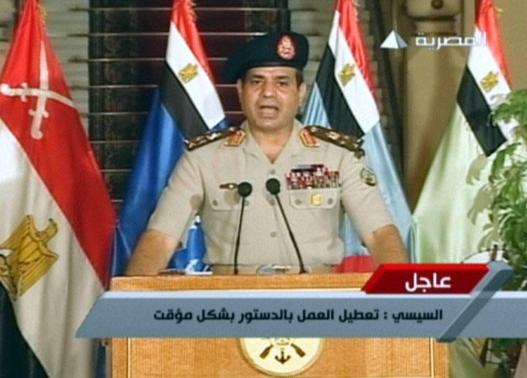Tướng Abdelfatah al-Sissi loan báo quyết định truất phế Tổng thống Mohamed Morsi trên đài truyền hình Ai Cập ngày 03/07/2013.