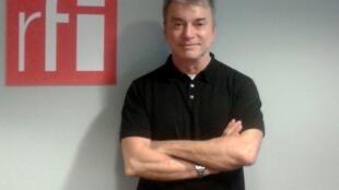 O escritor brasileiro Edney Silvestre na sede da RFI,  em 6 de maio de 2014.