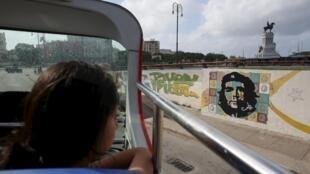 Passeios de turistas pelas ruas da Havana.