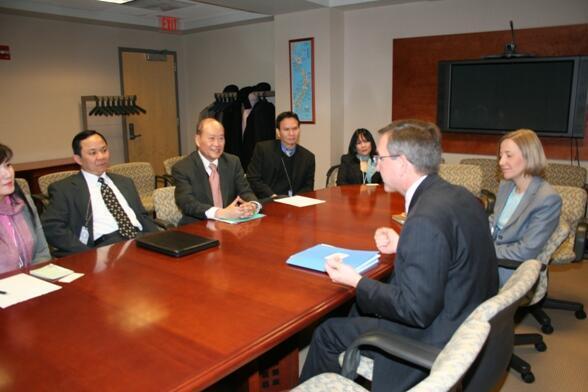 Bác sĩ Nguyễn Quốc Quân tiếp xúc với trợ lý Ngoại trưởng Mỹ (DR)