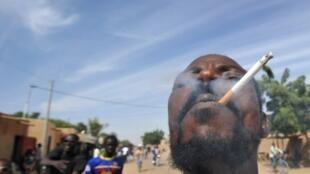 Selon une ONG, certains industriels du tabac  rémunèrent des influenceurs pour qu'ils apparaissent cigarette aux lèvres.