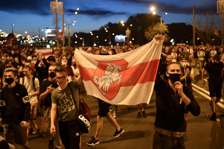 Manifestación de opositore tras el cierre de los comicios presidenciales en Bielorrusia, el 9 de agosto de 2020 en Minsk