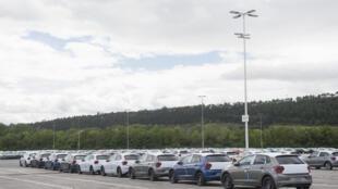 Automóviles estacionados en la fábrica de la marca Volkswagen en Navarra (España), el 30 de abril de 2020 en la ciudad de Pamplona