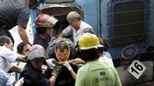 Une équipe de secours en train d'extraire un passager du train accidenté à Buenos Aires, le 22 février 2012.