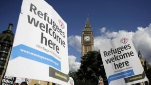 Manifestantes vão às ruas de Londres para pedir melhor acolhida de refugiados.