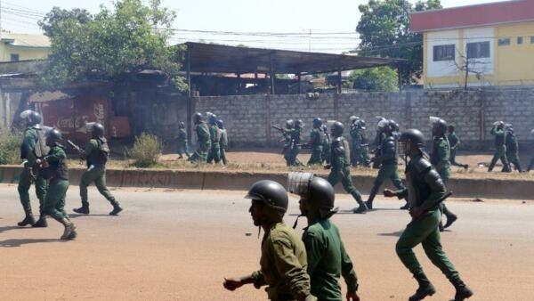 Des forces de police anti-émeute s'apprête à disperser des manifestants de l'opposition guinéenne à Conakry, le 15 novembre (image d'illustration).