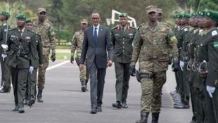 Rais Paul Kagame wa Rwanda akikagua gwaride kabla ya kutunuku nishati kwa maofisa wapya wa kijeshi